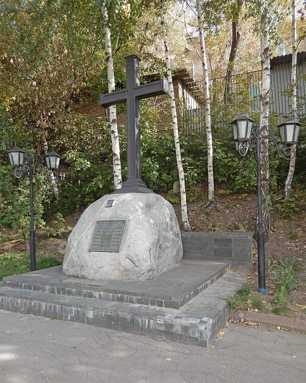 Памятник с крестом на просвет Хорошевская Мемориальный комплекс с барельефом в человеческий рост Кузнецк